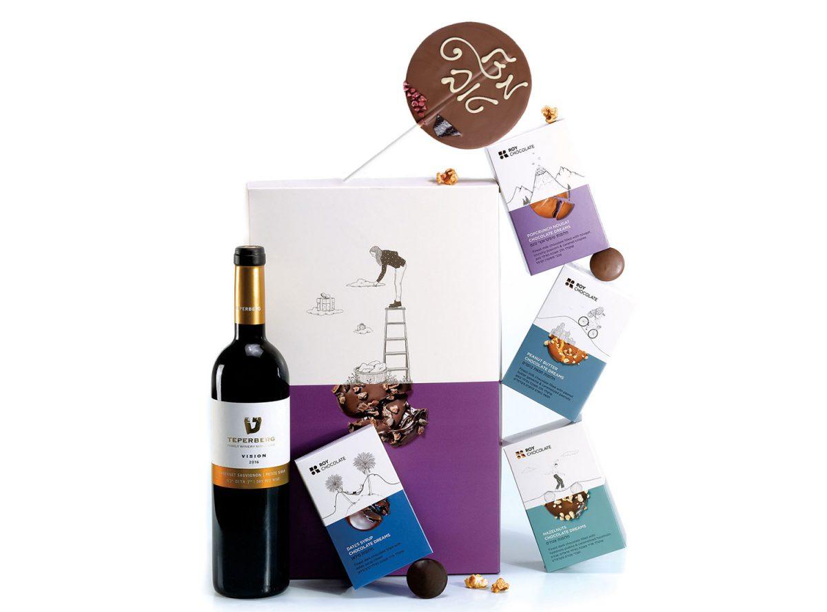 מארז שוקולד עם יין ושוקולד על מקל בכיתוב מזל טוב